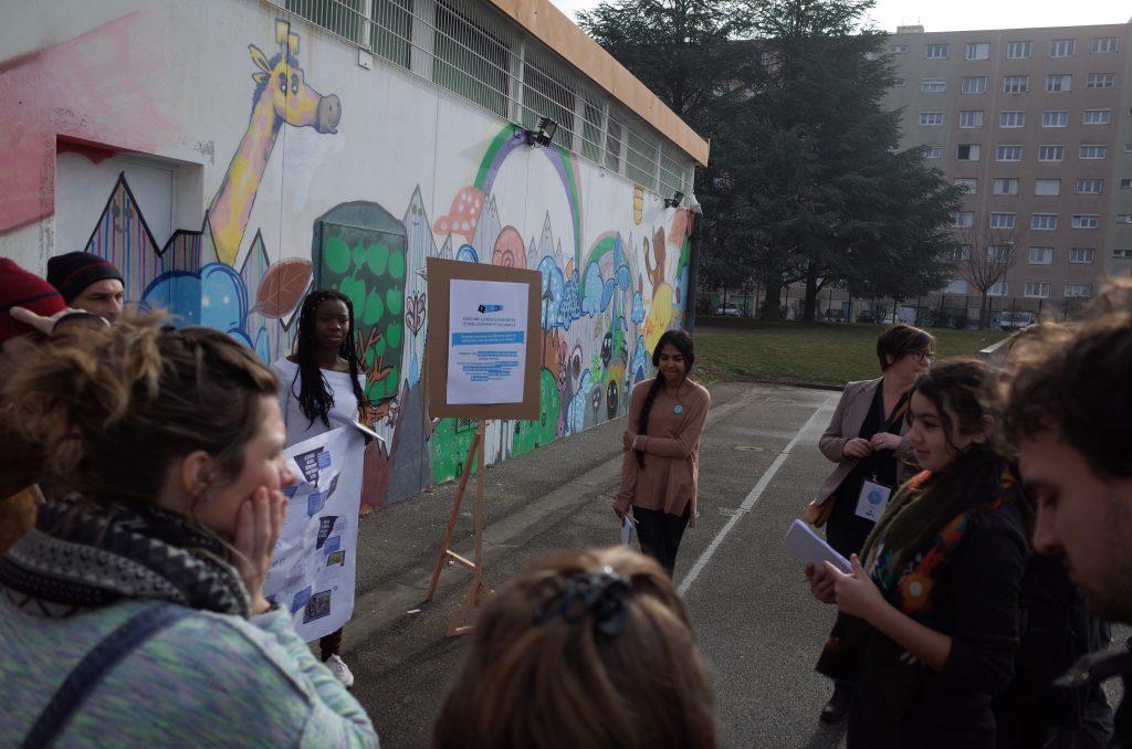 Dans la cour du collège, les élèves font visiter leurs espaces aux particpants