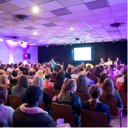 Une salle de conférence remplie de public